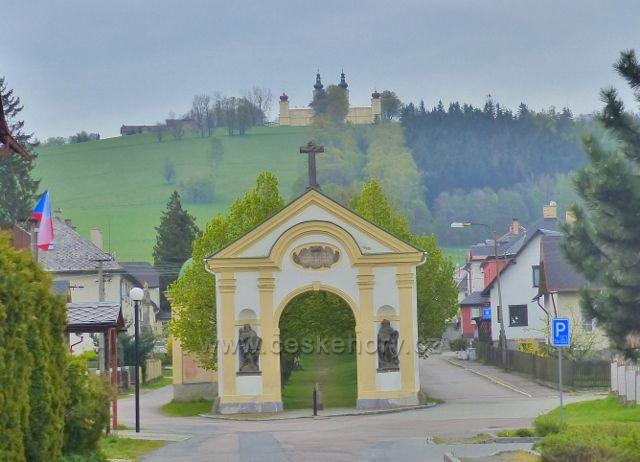 Králíky - pohled ze Sadové ulice ke klášteru na Mariánském vrchu