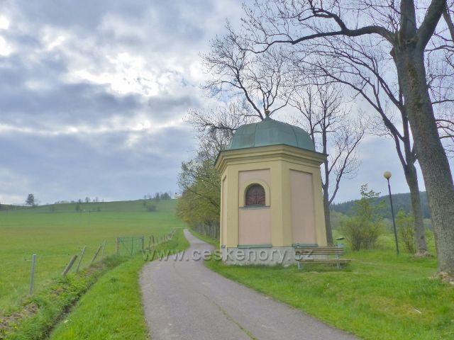 Králíky - kaplička křížové cesty v lipové aleji