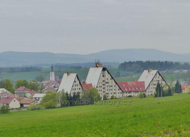 Králíky - pohled z Hraběcí  stezky na zástavbu pod Mariánským kopcem. Na obzoru se rýsují Bystřické hory v Polsku