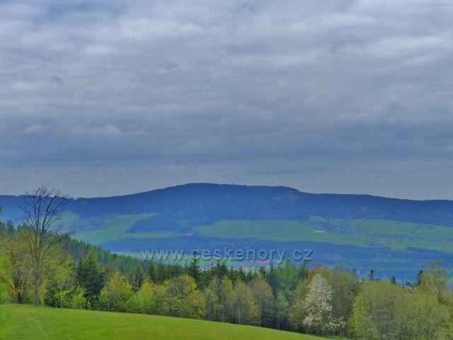 Pohled od Kláštera na Hedeči k Suchému vrchu