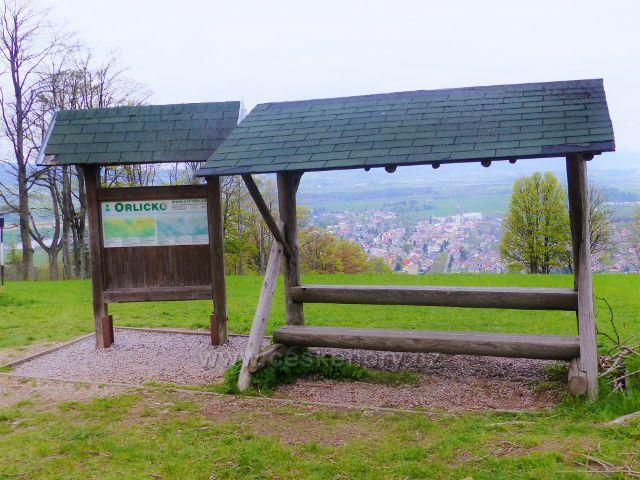 Turistický přístřešek před klášterem na Hedeči je současně i výhledovým místem