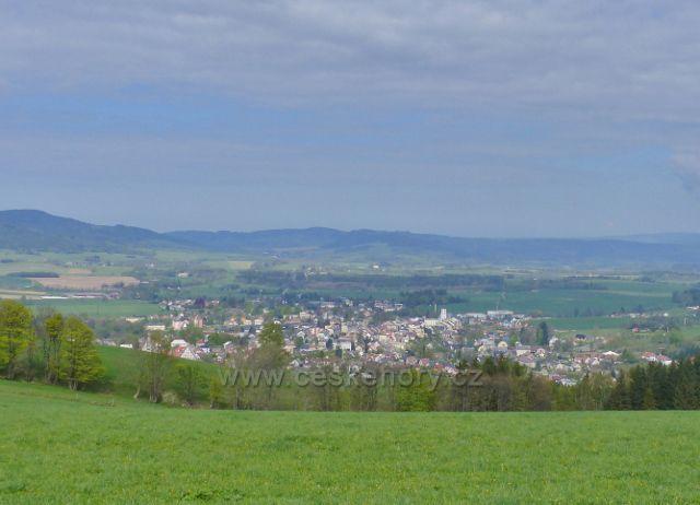 Pohled ze stezky k Frantově vyhlídce na Králíky a Králickou kotlinu
