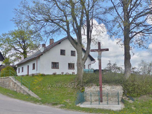 Dřevěný kříž na rozcestí v Dolní Hedeči