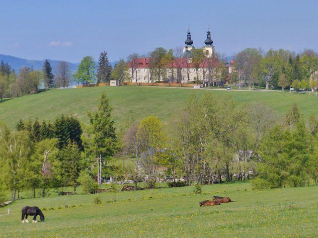 Pohled z úbočí vrchu Val na klášter a poutní kostel na Hoře Matky Boží
