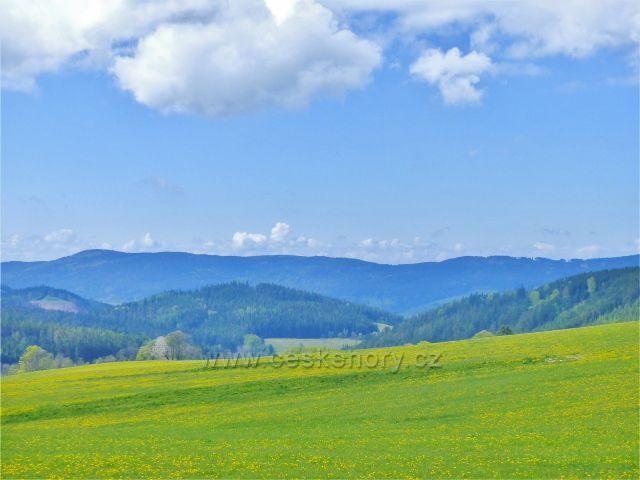 Pohled z úbočí Valu k Bukovohorské hornatině