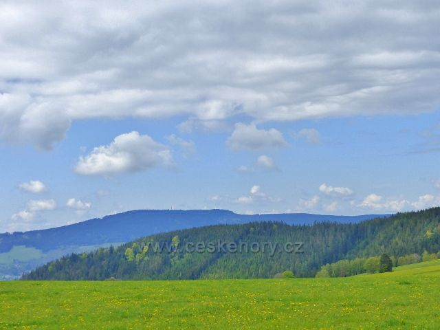 Pohled z úbočí Valu na Suchý vrch (995 m.n.m.). V popředí vrch Lískovec (778 m.n.m.)