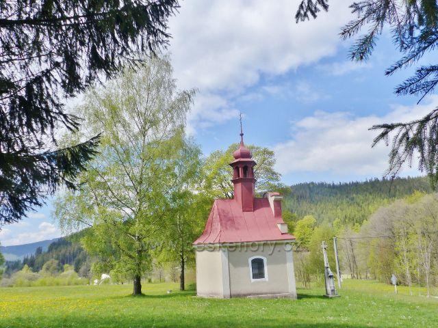 Horní Orlice - kaple Korunování Panny Marie, v pozadí vrch Lískovec