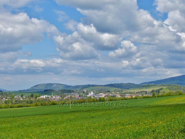"""Pohled ze """"staré"""" cyklostezky z Dolní Orlice do Králík na Králíky. Vlevo v pozadí je polský vrch Urwista(794 m.n.m.) patřící ještě k masivu Králického Sněžníku"""