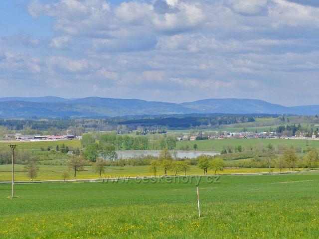 Pohled na Králický rybník, v pozadí se zvedají Bystřické hory