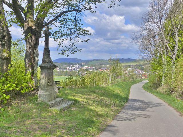 Králíky - pohled od Božích muk u vodárny k městu.V pozadí je vidět polský vrch Urwista (794 m.n.m.)