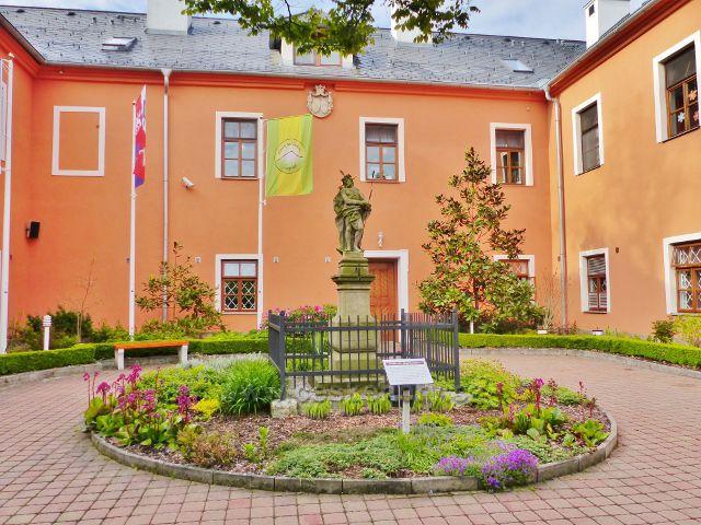Žampach - socha Krista Ecce Homo na nádvoří zámku