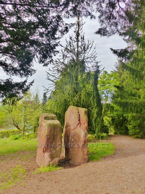 Žampach - Čertovy kameny v arboretu Domova pod hradem