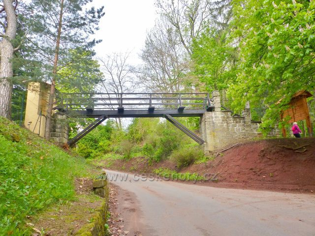 Žampach - mostek z arboreta na cestě k hradu