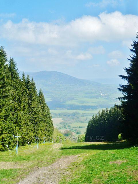Pohled od Severomoravské chaty na Vojtíškov a Sviní horu(1074 m.n.m)