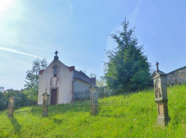 Hnátnice - márnice a Křížová cesta na místě bývalého  hřbitova kolem kostela sv. Petra a Pavla