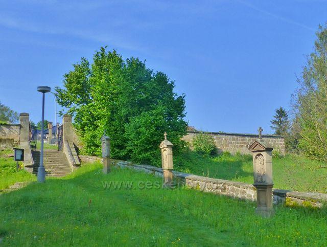 """Hnátnice - Křížová cesta kolem kostela sv. Petra a Pavla a schody k """"novému"""" hřbitovu"""