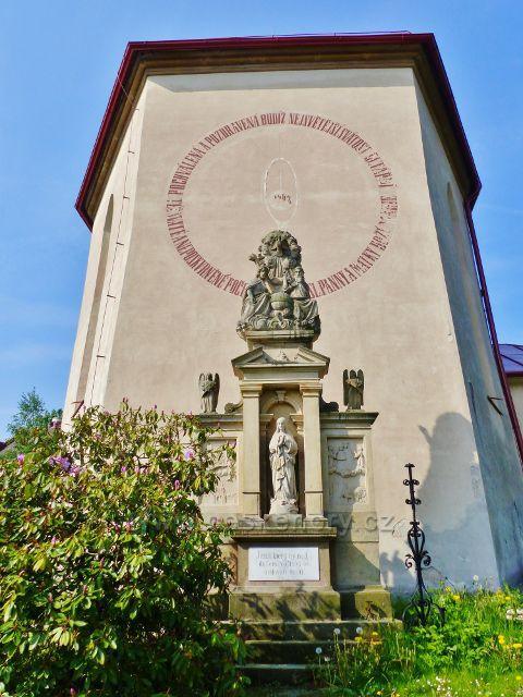 Hnátnice - socha Nejsvětější Trojice z počátku 19.století před kostelem sv.Petra a Pavla