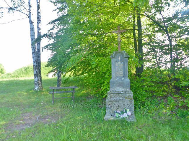 Hnátnice - pomník a lavička u vodárny