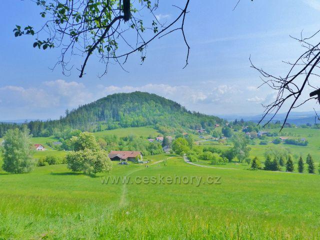 Žampach - pohled z úbočí Hory k hradnímu vrchu