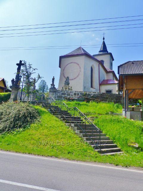Hnátnice . soubor sakrálních památek před kostelem sv. Petra a Pavla