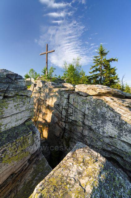 Pohled na vrchol Bílé Skály s dřevěným křížem.