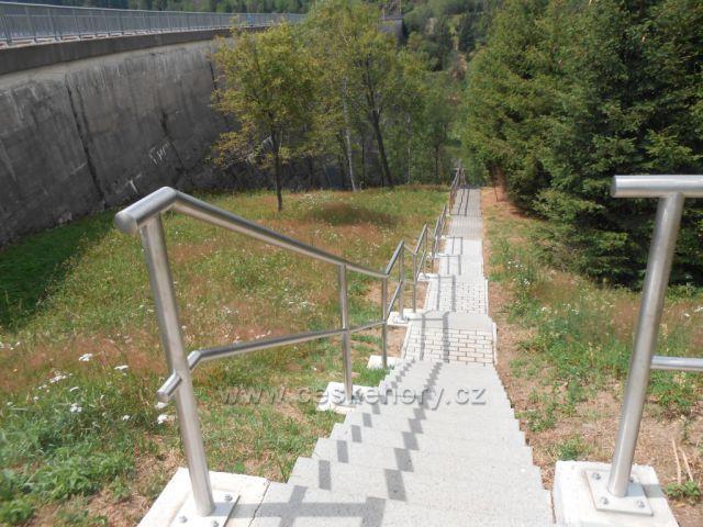 schody k úpatí přehrady Fláje