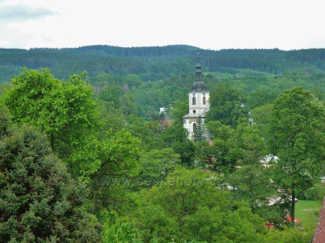 Potštejn - pohled z úpatí vrchu Kapraď na věž kostela sv. Vavřince