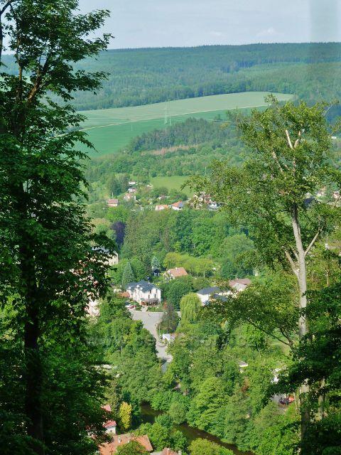 Potštejn - průhled z úbočí vrchu Kapraď na penzion Trnka a protější hřeben Chlumu