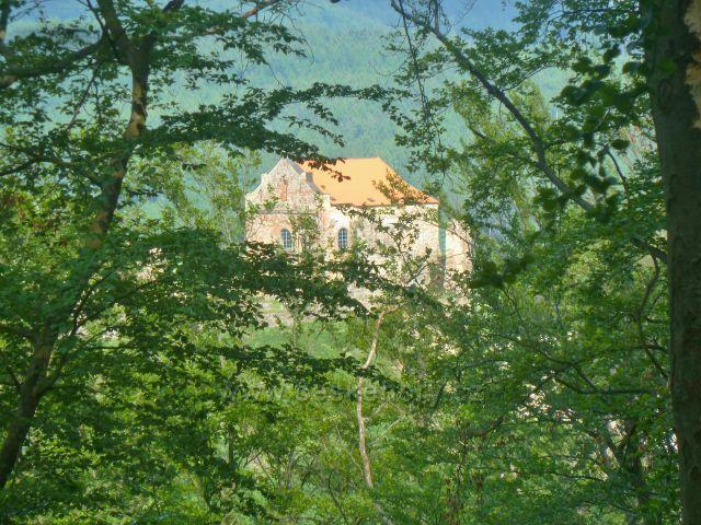 Potštejn - průhled z hřebenu Kapradě k hradu Potštejn