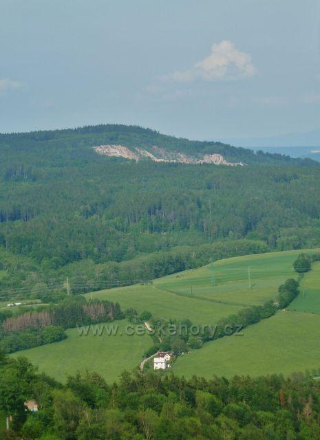Potštejn - pohled z vyhlídkového místa na Kapradi na kamenolom v Liticích nad Orlicí