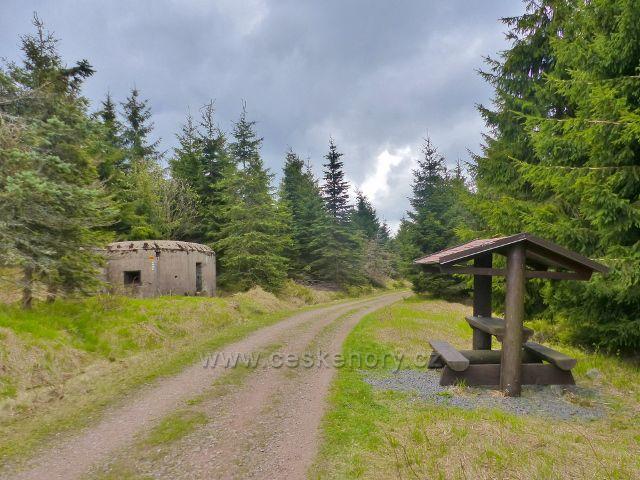 Přístřešek u řopíku pod Anenským vrchem u trasy po červené TZ na Mezivrší