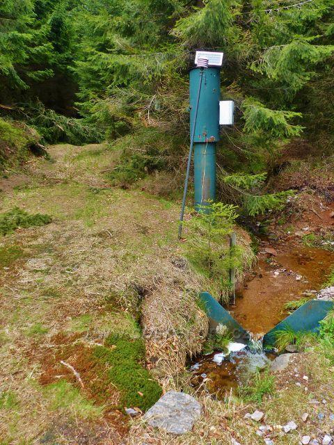 Měření vodní vydatnosti na jedné ze zdrojnic Anenského potoka