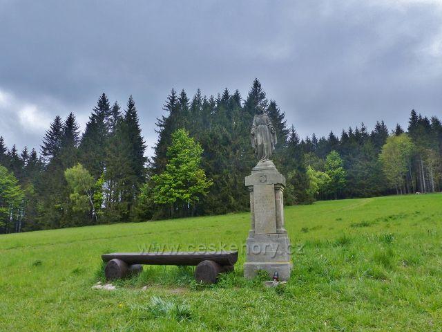 Říčky v O.h. - socha s lavičkou nad chatou Alma