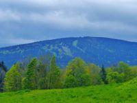 Říčky v O.h. - pohled ze svahu pod Almou  ke sjezdovkám na vrchu Zakletý(991 m.n.m.)