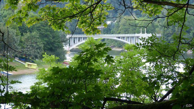 Pohled na most přes přehradu