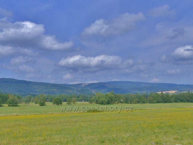 Pohled z pastvin nad Žacléří k Bobru a na polské území za ním