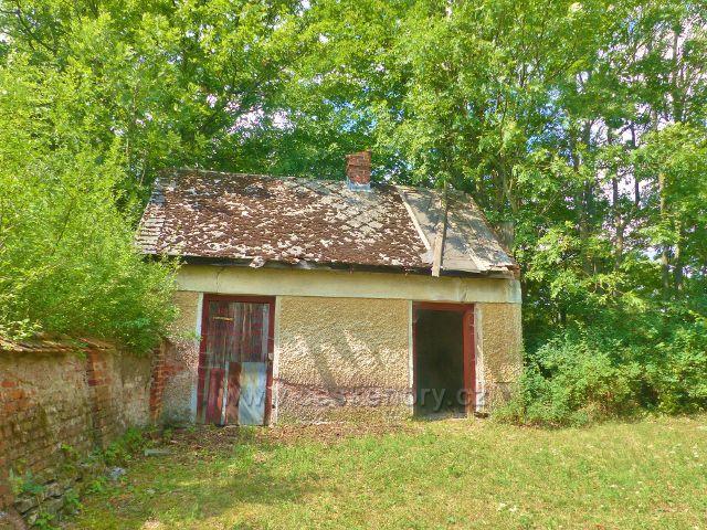 Torzo márnice na starém hřbitůvku u silničky do Černé Vody