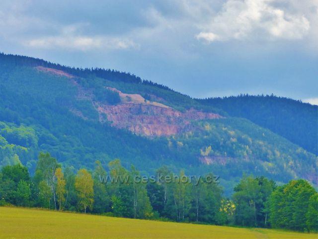 Pohled na Královecký lom v pásmu Vraních hor z cesty nad Dvorským lesem