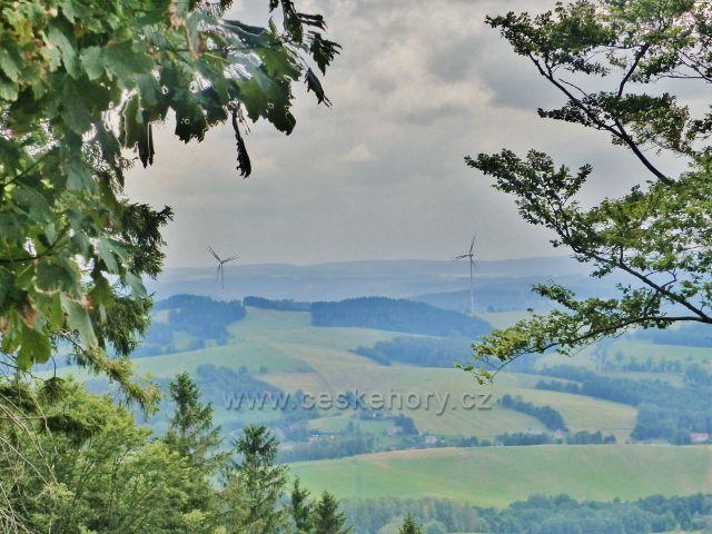 Pohled z úbočí Špičáku k větrným elektrárnám nad Zlatou Olešnicí