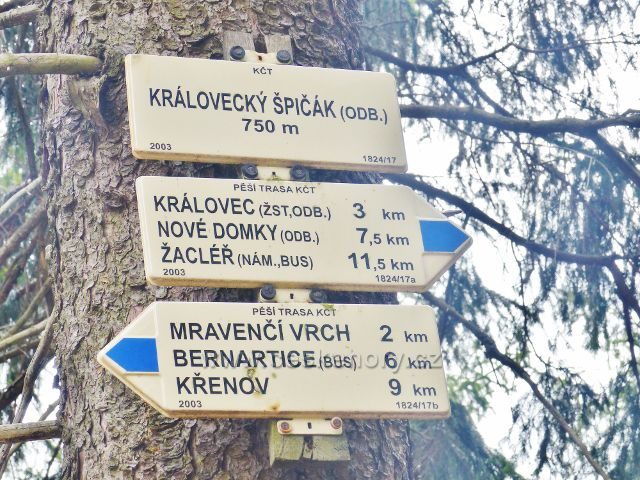 "Turistický rozcestník ""Královecký Špičák(odb.) 750 m.n.m."""