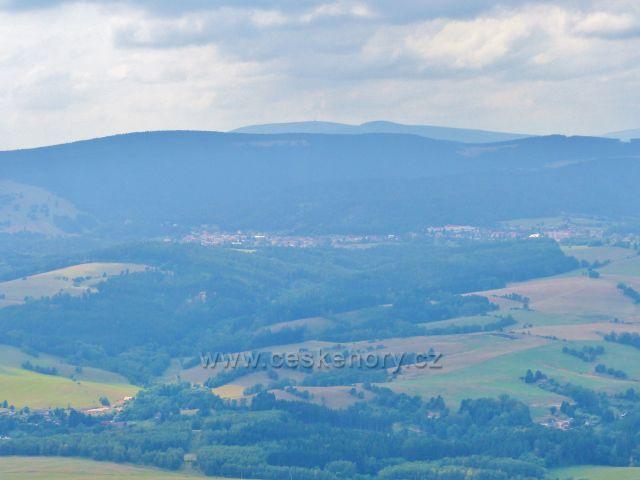 Pohled z vrcholu Špičáku na Žacléř a Žacléřský hřbet