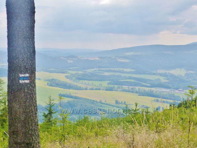 Pod vrcholkem Mravenčího vrchu je výhledová místo,které poskytuje daleký výhled do oblasti Žacléřska a východních Krkonoš