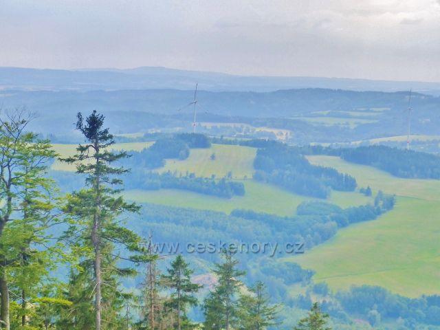 Pohled z výhledového místa na úbočí Mravenčího vrchu k větrným elektrárnám nad Zlatou Olešnicí