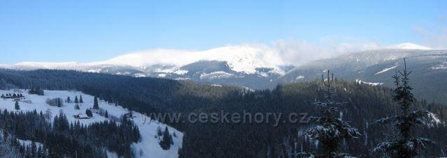 V dáli Pec pod Sněžkou (napravo vrchol Sněžky)
