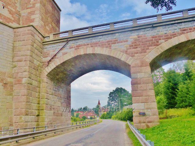 Bernartice - spodní část železničního mostu má pouze opěrnou funkci