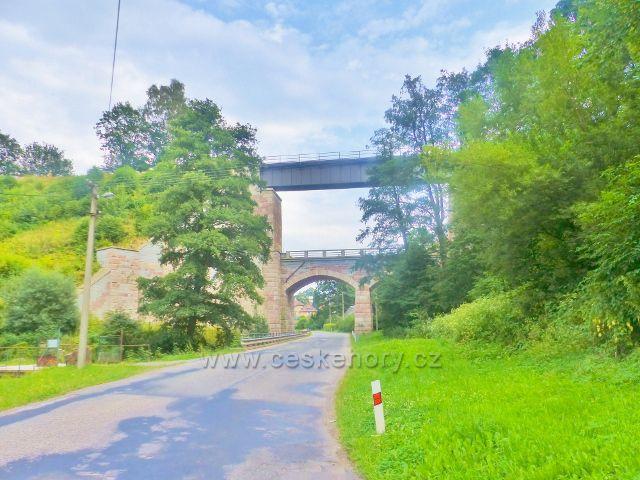 Železniční most v Bernarticích je vysoký 24 metry