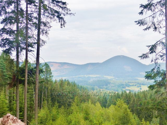 Pohled z Kozince na Vraní skály s dominantním Královeckým Špičákem