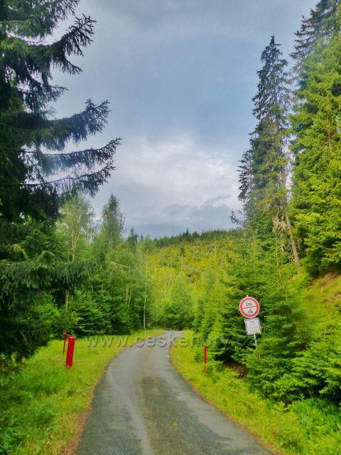 Žacléřské boudy - silnička po níž vede žlutá turistická trasa k Doubravovu vodopádu