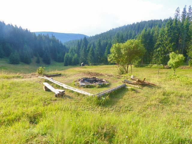 Žacléřské boudy - posezení u ohniště u chaty TSS
