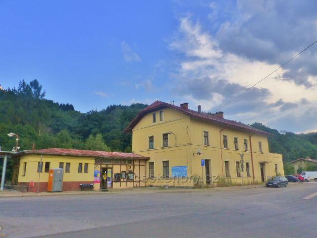 Svoboda nad Úpou - vlakové nádraží je hned vedle nádraží autobusového